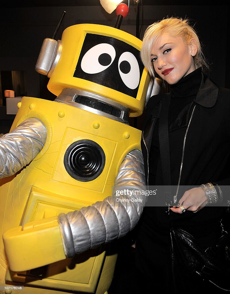 Singer <a gi-track='captionPersonalityLinkClicked' href=/galleries/search?phrase=Gwen+Stefani&family=editorial&specificpeople=156423 ng-click='$event.stopPropagation()'>Gwen Stefani</a> meets YO GABBA GABBA! character Plex backstage at YO GABBA GABBA! @ KIA PRESENTS YO GABBA GABBA! LIVE! THERE'S A PARTY IN MY CITY produced by S2BN Entertainment in association with The Magic Store and W!LDBRAIN Entertainment at Nokia L.A. LIVE on November 27, 2010 in Los Angeles, California.