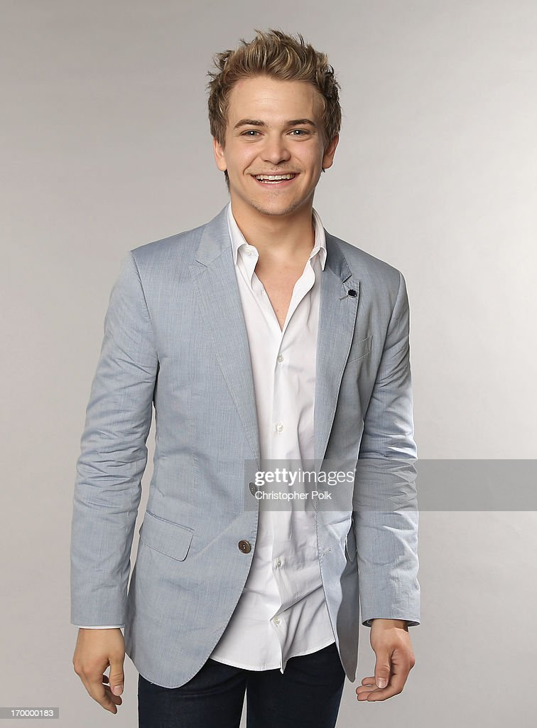 Singer <a gi-track='captionPersonalityLinkClicked' href=/galleries/search?phrase=Hunter+Hayes&family=editorial&specificpeople=3290701 ng-click='$event.stopPropagation()'>Hunter Hayes</a> poses at the Wonderwall portrait studio during the 2013 CMT Music Awards at Bridgestone Arena on June 5, 2013 in Nashville, Tennessee.