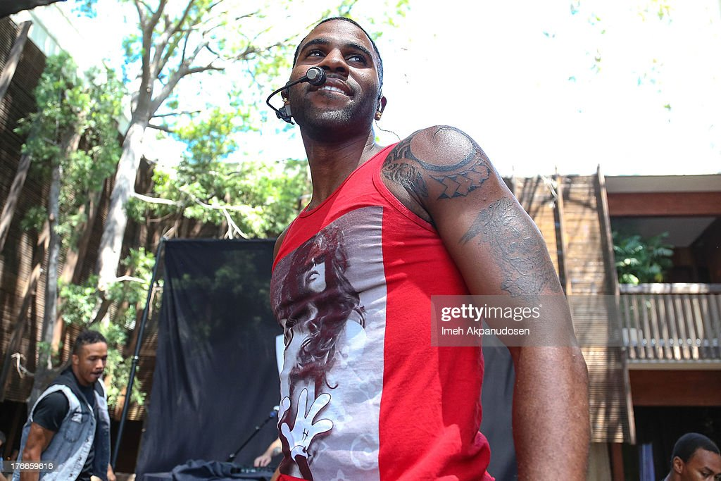 Singer Jason Derulo performs at the WBR Summer Sessions at Warner Bros. Records Boutique Store on August 16, 2013 in Burbank, California.