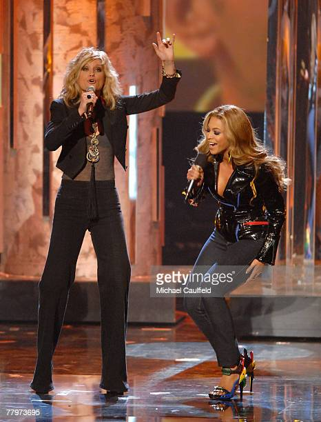 Singer Jennifer Nettles and Singer Beyonce on stage at the 2007 American Music Awards at the Nokia Theatre on November 18 2007 in Los Angeles...
