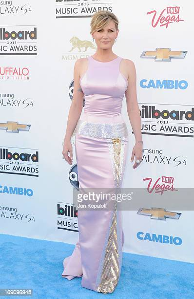 Singer Jennifer Nettles of Sugarland arrives at the 2013 Billboard Music Awards at MGM Grand Hotel Casino on May 19 2013 in Las Vegas Nevada