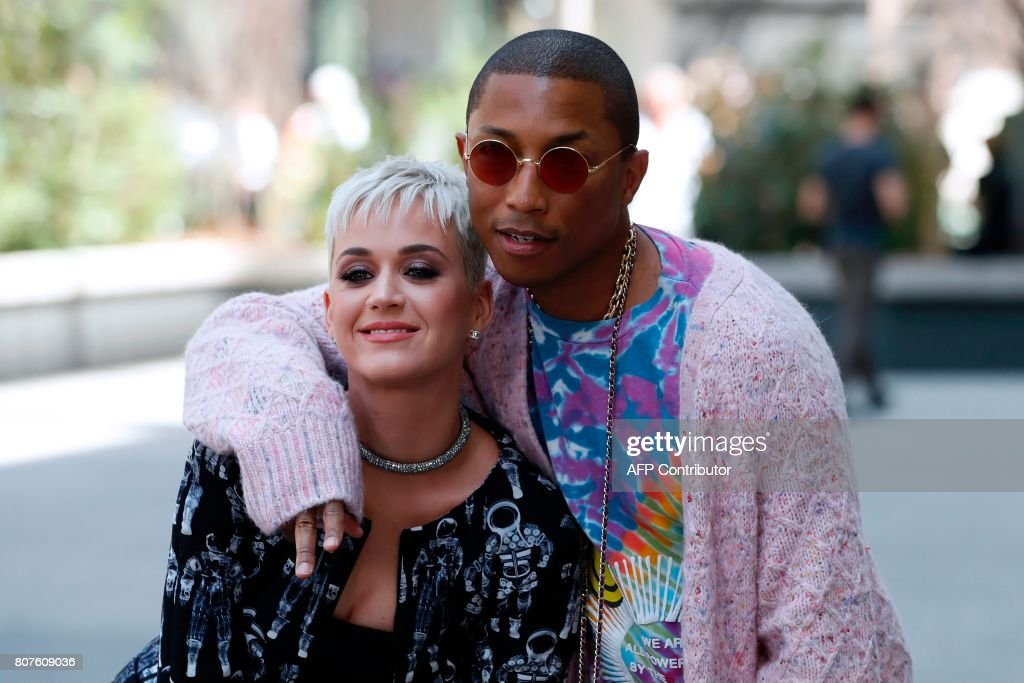 US singer Katy Perry (L) and US singer Pharrell Williams pose during the photocall before Chanel 2017-2018 fall/winter Haute Couture collection show in Paris on July 4, 2017. / AFP PHOTO / Patrick KOVARIK