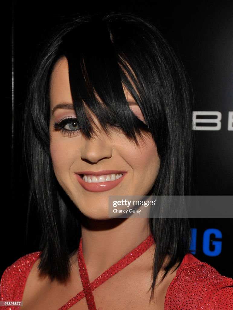 Singer Katy Perry arrives at the Samsung Behold II launch event at Boulevard3 on November 18, 2009 in Los Angeles, California.