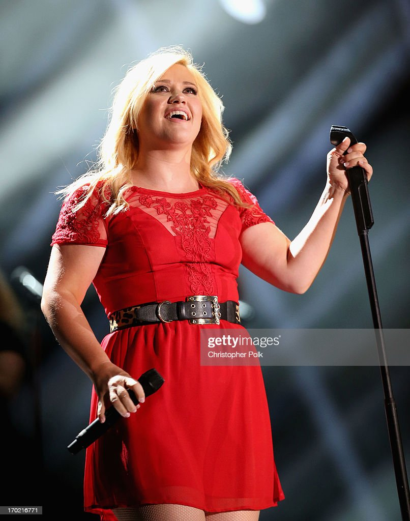 Singer <a gi-track='captionPersonalityLinkClicked' href=/galleries/search?phrase=Kelly+Clarkson&family=editorial&specificpeople=201555 ng-click='$event.stopPropagation()'>Kelly Clarkson</a> performs during the 2013 CMA Music Festival on June 8, 2013 at LP Field in Nashville, Tennessee.