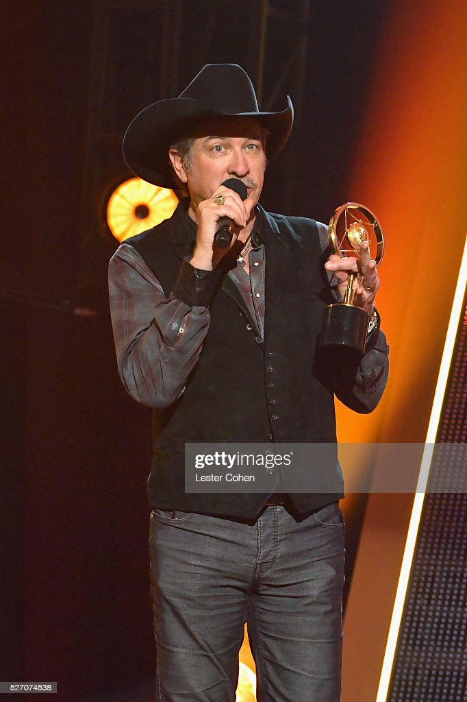 Singer <a gi-track='captionPersonalityLinkClicked' href=/galleries/search?phrase=Kix+Brooks&family=editorial&specificpeople=206811 ng-click='$event.stopPropagation()'>Kix Brooks</a> of Brooks & Dunn accepts the Nash Icon award onstage during the 2016 American Country Countdown Awards at The Forum on May 1, 2016 in Inglewood, California.