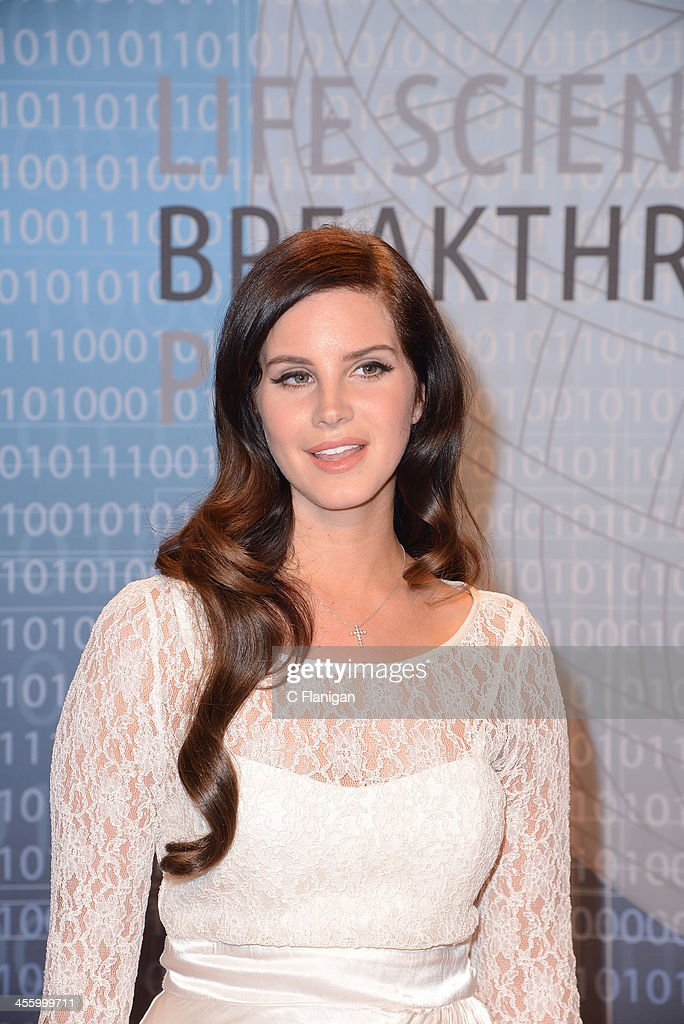 Singer Lana Del Rey arrives at the Breakthrough Prize Inaugural Ceremony at NASA Ames Research Center on December 12, 2013 in Mountain View, California.