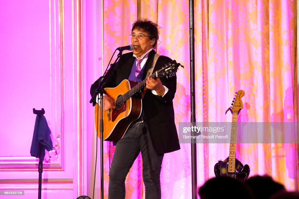 Singer Laurent Voulzy performs during the 'Vaincre Le Cancer' Gala - 30th Anniverary at Cercle de l'Union Interalliee on May 17, 2017 in Paris, France.