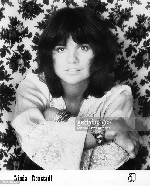 Singer Linda Rondstadt poses for a portrait for the cover of the album 'Don't Cry Now' in 1973