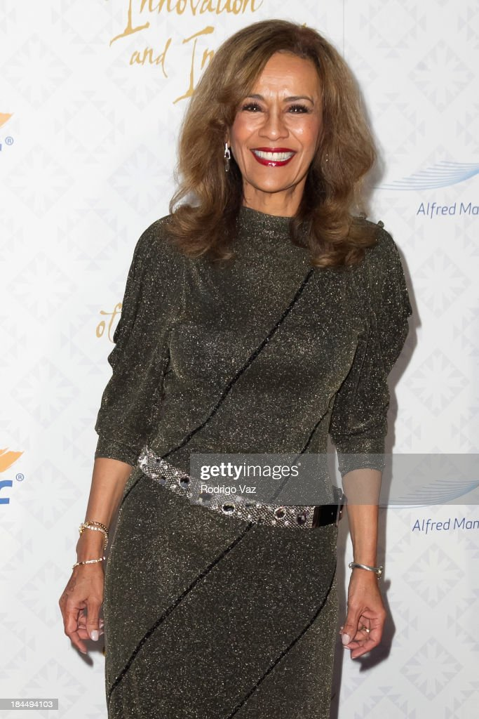 Singer <a gi-track='captionPersonalityLinkClicked' href=/galleries/search?phrase=Marilyn+McCoo&family=editorial&specificpeople=678303 ng-click='$event.stopPropagation()'>Marilyn McCoo</a> attends the 10th Annual Alfred Mann Foundation Gala on October 13, 2013 in Beverly Hills, California.