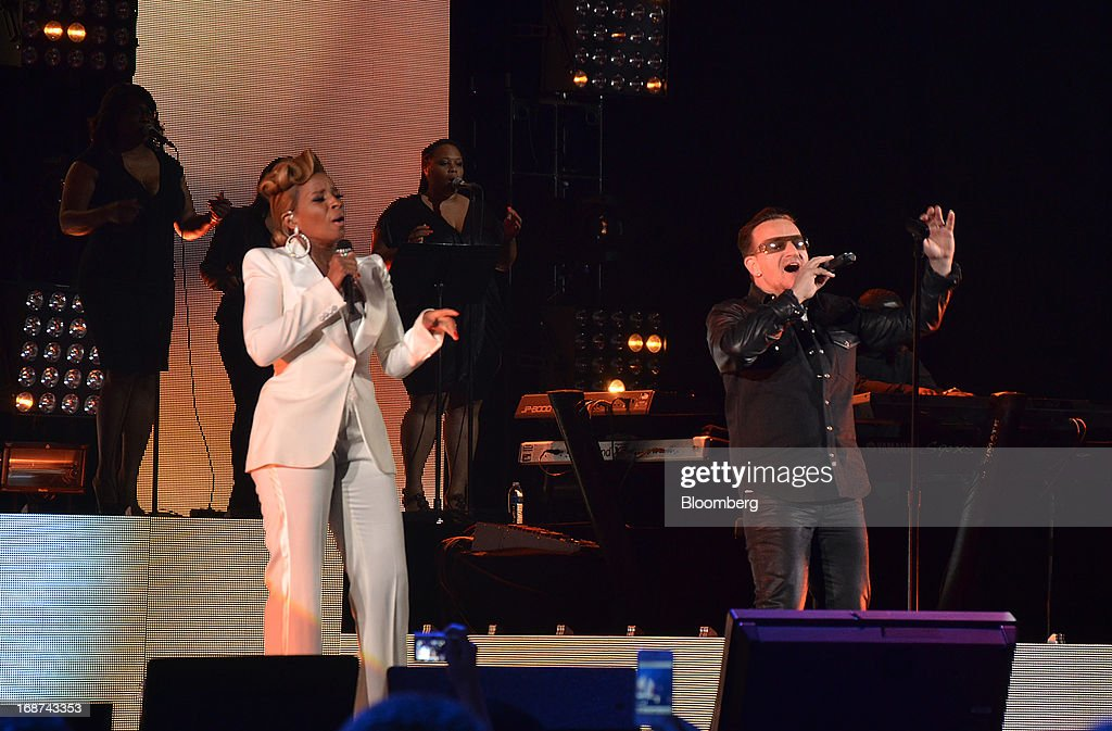 Singer <a gi-track='captionPersonalityLinkClicked' href=/galleries/search?phrase=Mary+J.+Blige&family=editorial&specificpeople=171124 ng-click='$event.stopPropagation()'>Mary J. Blige</a> and musician <a gi-track='captionPersonalityLinkClicked' href=/galleries/search?phrase=Bono+-+Singer&family=editorial&specificpeople=167279 ng-click='$event.stopPropagation()'>Bono</a> perform at the Robin Hood Foundation Gala in New York, U.S., on Monday, May 13, 2013. The annual event raises money for the Robin Hood Foundation, which funds and partners with programs to alleviate poverty in the lives of New Yorkers. Photographer: Amanda Gordon/Bloomberg via Getty Images