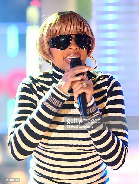 Singer Mary J Blige performs on MTV's 'TRL' at MTV Studios in New York City's Times Square on December 18 2007 The air date for this show is December...