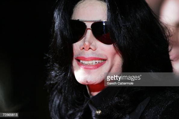 Singer Michael Jackson arrives at the 2006 World Music Awards at Earls Court on November 15 2006 in London