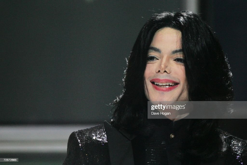 Singer <a gi-track='captionPersonalityLinkClicked' href=/galleries/search?phrase=Michael+Jackson&family=editorial&specificpeople=70011 ng-click='$event.stopPropagation()'>Michael Jackson</a> recieves the Diamond Award on stage during the 2006 World Music Awards at Earls Court on November 15, 2006 in London.