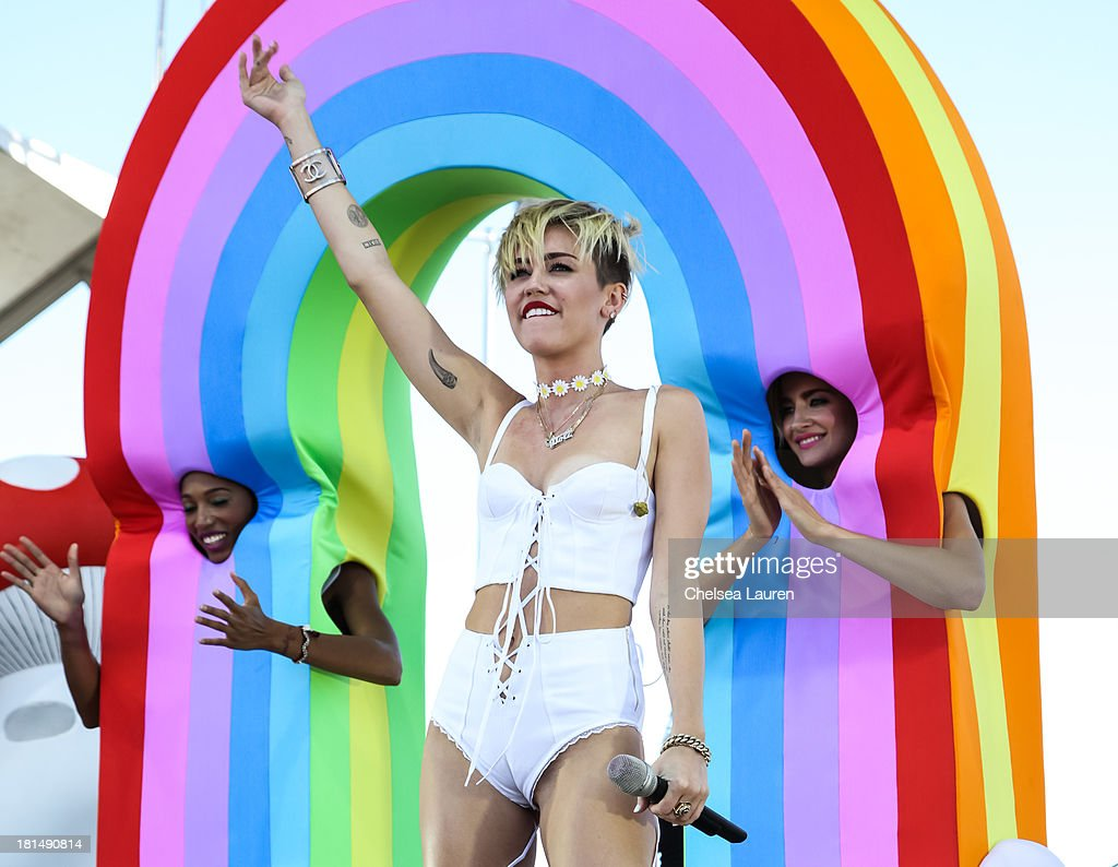 Singer <a gi-track='captionPersonalityLinkClicked' href=/galleries/search?phrase=Miley+Cyrus&family=editorial&specificpeople=3973523 ng-click='$event.stopPropagation()'>Miley Cyrus</a> performs at The Village during the iHeartRadio music festival on September 21, 2013 in Las Vegas, Nevada.