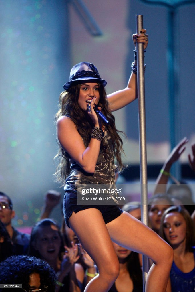Singer Miley Cyrus performs onstage during the 2009 Teen Choice Awards held at the Gibson Amphitheatre on August 9, 2009 in Universal City, California.