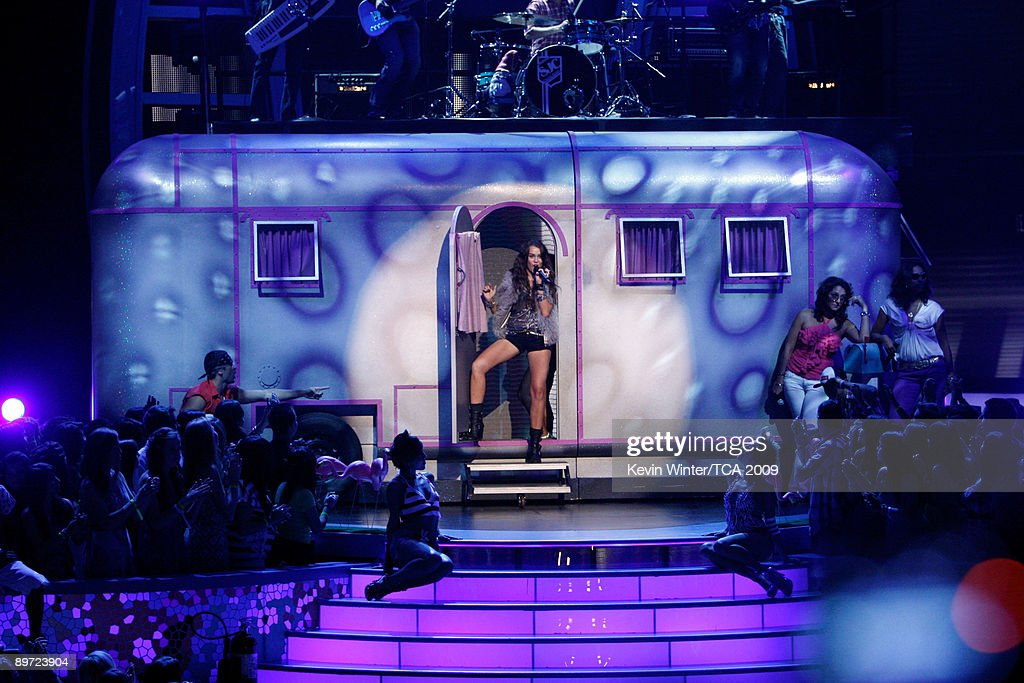 Singer Miley Cyrus performs onstage during the 2009 Teen Choice Awards held at Gibson Amphitheatre on August 9, 2009 in Universal City, California.