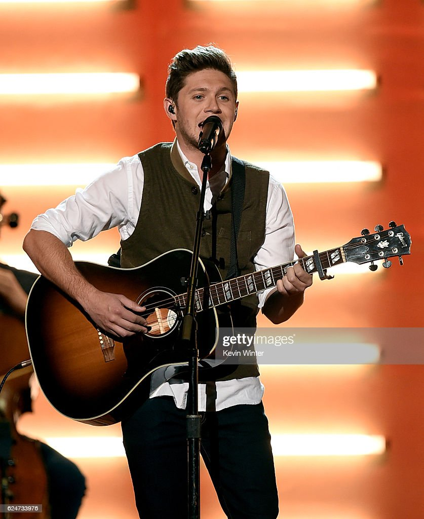 singer-niall-horan-performs-onstage-during-the-2016-american-music-picture-id624733976