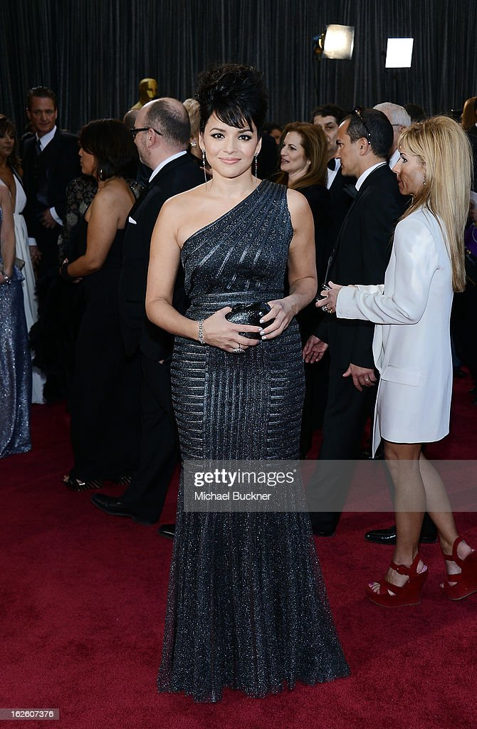 Singer <a gi-track='captionPersonalityLinkClicked' href=/galleries/search?phrase=Norah+Jones&family=editorial&specificpeople=203151 ng-click='$event.stopPropagation()'>Norah Jones</a> arrives at the Oscars at Hollywood & Highland Center on February 24, 2013 in Hollywood, California.
