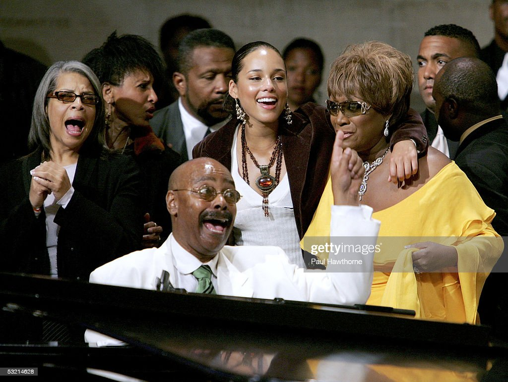 Singer Patti Austin, Musician Donnie Harper (piano), singers <a gi-track='captionPersonalityLinkClicked' href=/galleries/search?phrase=Alicia+Keys&family=editorial&specificpeople=169877 ng-click='$event.stopPropagation()'>Alicia Keys</a> and Patti Labelle perform during the funeral of Luther Vandross at Riverside Church July 8, 2005 in New York City.
