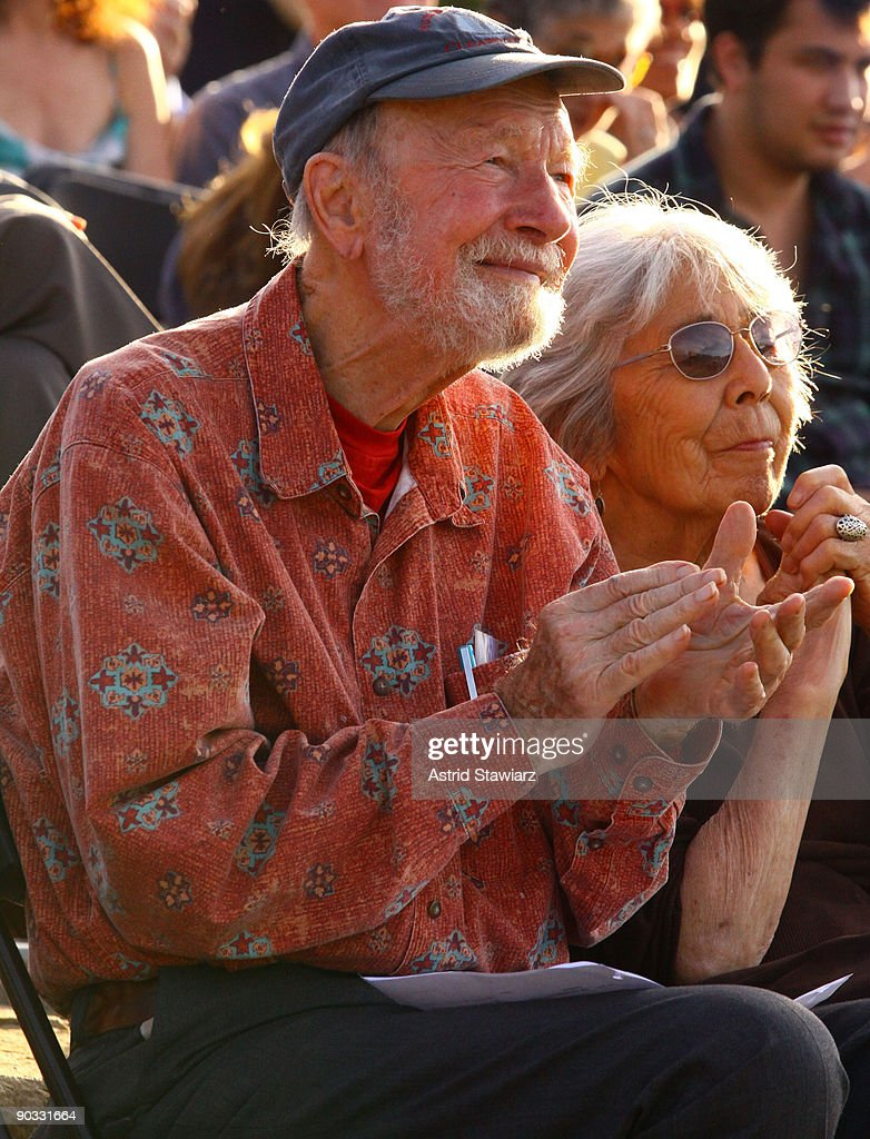 Singer <a gi-track='captionPersonalityLinkClicked' href=/galleries/search?phrase=Pete+Seeger&family=editorial&specificpeople=213821 ng-click='$event.stopPropagation()'>Pete Seeger</a> performs at the 2009 Dorothy and Lillian Gish Prize special outdoor tribute at Hunts Point Riverside Park on September 3, 2009 in New York City.