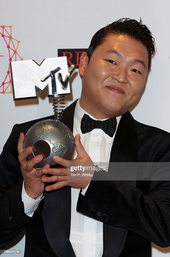 Singer Psy poses backstage with his award for Best Video in the photo room the MTV EMA's 2012 at Festhalle Frankfurt on November 11, 2012 in Frankfurt am Main, Germany.