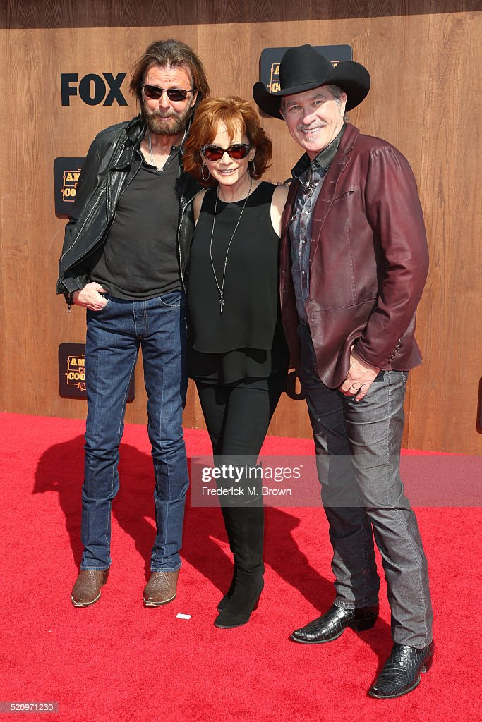 Singer Reba McEntire (C) poses with singers Ronnie Dunn (L) and Kix Brooks (R) of Brooks & Dunn at the 2016 American Country Countdown Awards at The Forum on May 1, 2016 in Inglewood, California.
