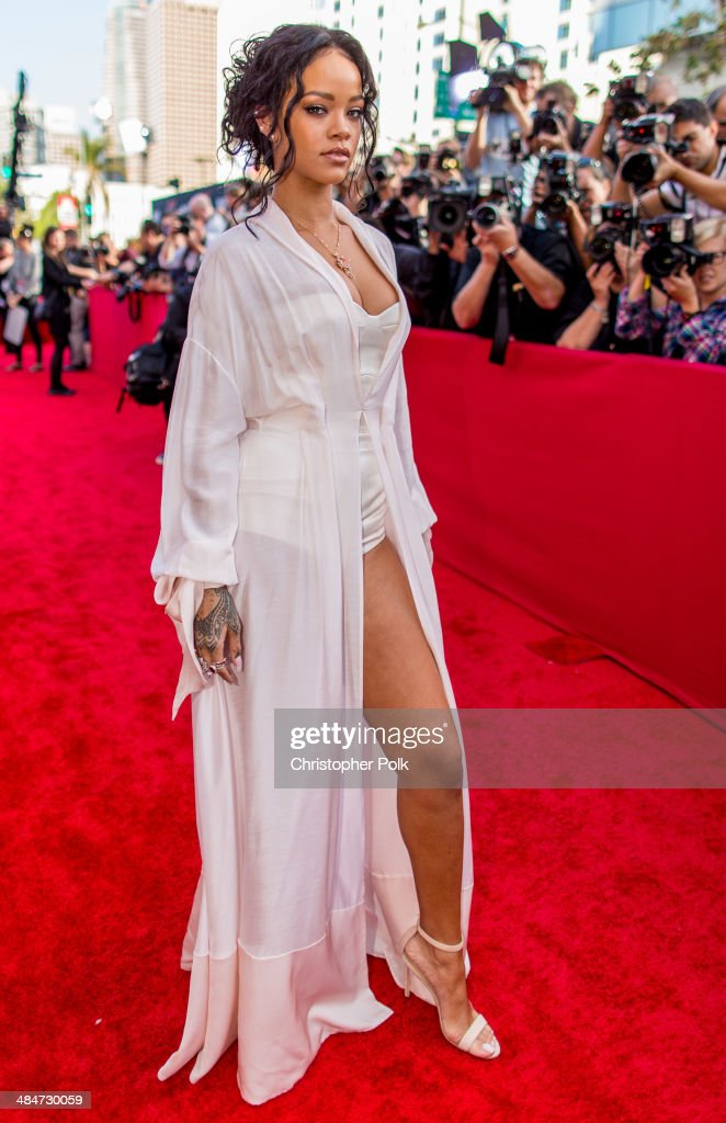 Singer <a gi-track='captionPersonalityLinkClicked' href=/galleries/search?phrase=Rihanna&family=editorial&specificpeople=453439 ng-click='$event.stopPropagation()'>Rihanna</a> attends the 2014 MTV Movie Awards at Nokia Theatre L.A. Live on April 13, 2014 in Los Angeles, California.