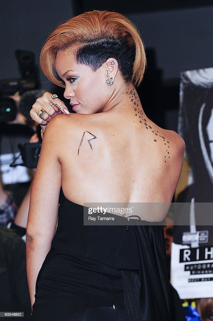 Singer <a gi-track='captionPersonalityLinkClicked' href=/galleries/search?phrase=Rihanna&family=editorial&specificpeople=453439 ng-click='$event.stopPropagation()'>Rihanna</a> poses for photos at Best Buy on November 23, 2009 in New York City.