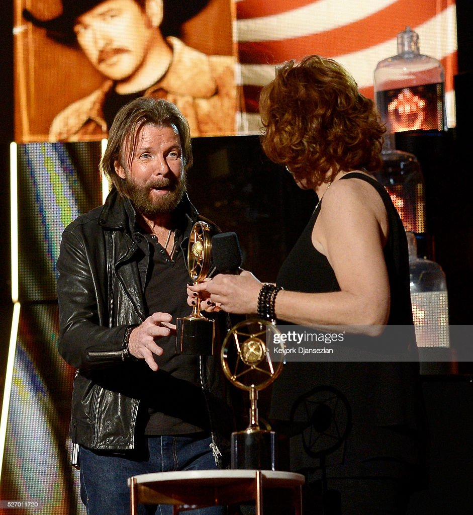 Singer <a gi-track='captionPersonalityLinkClicked' href=/galleries/search?phrase=Ronnie+Dunn&family=editorial&specificpeople=208175 ng-click='$event.stopPropagation()'>Ronnie Dunn</a> of Brooks & Dunn accepts the Nash Icon award from singer <a gi-track='captionPersonalityLinkClicked' href=/galleries/search?phrase=Reba+McEntire&family=editorial&specificpeople=202959 ng-click='$event.stopPropagation()'>Reba McEntire</a> onstage during the 2016 American Country Countdown Awards at The Forum on May 1, 2016 in Inglewood, California.