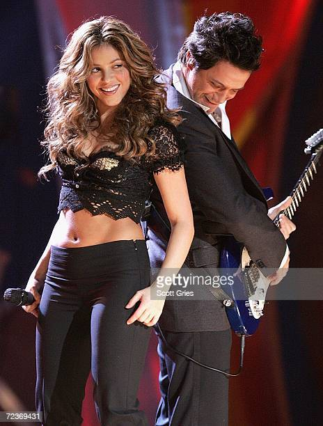 Singer Shakira performs with singer Alejandro Sanz onstage at the 7th Annual Latin Grammy Awards at Madison Square Garden November 2 2006 in New York...