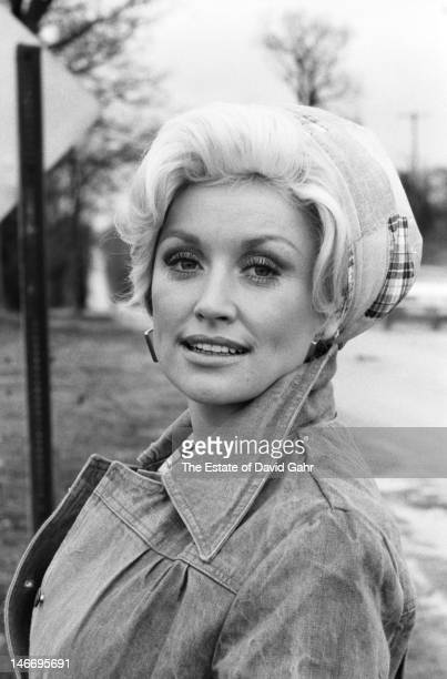 Singer songwriter musician and actress Dolly Parton poses for a portrait on March 13 1977 in Battle Creek Michigan