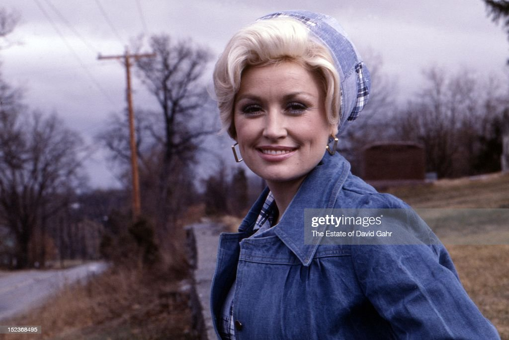 Singer songwriter, musician, and actress Dolly Parton poses for a portrait on March 13, 1977 in Battle Creek, Michigan.
