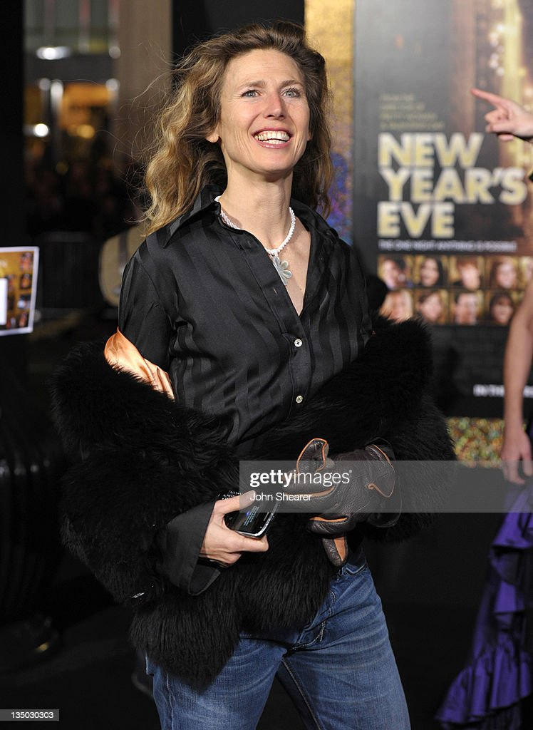 Singer <a gi-track='captionPersonalityLinkClicked' href=/galleries/search?phrase=Sophie+B.+Hawkins&family=editorial&specificpeople=220529 ng-click='$event.stopPropagation()'>Sophie B. Hawkins</a> arrives to the Premiere Of Warner Bros. Pictures' 'New Year's Eve' at Grauman's Chinese Theatre on December 5, 2011 in Hollywood, California.