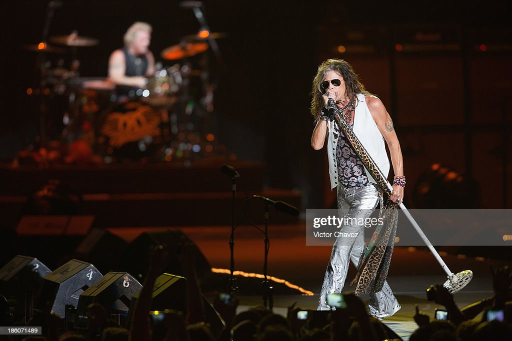 Singer <a gi-track='captionPersonalityLinkClicked' href=/galleries/search?phrase=Steven+Tyler+-+Musician&family=editorial&specificpeople=202080 ng-click='$event.stopPropagation()'>Steven Tyler</a> of Aerosmith performs on stage at Arena Ciudad de México on October 27, 2013 in Mexico City, Mexico.