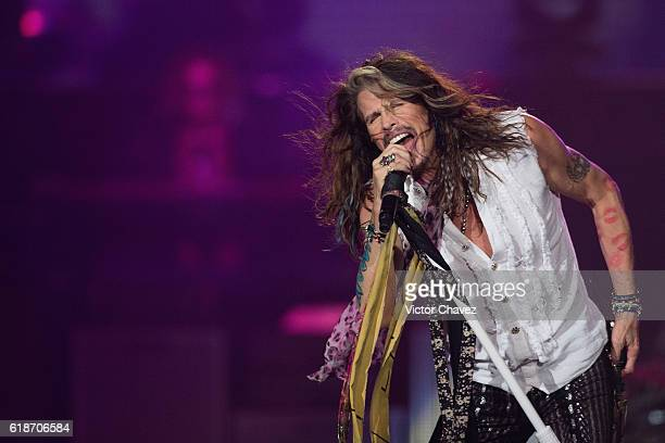 Singer Steven Tyler of Aerosmith performs onstage at Arena Ciudad de Mexico on October 27 2016 in Mexico City Mexico