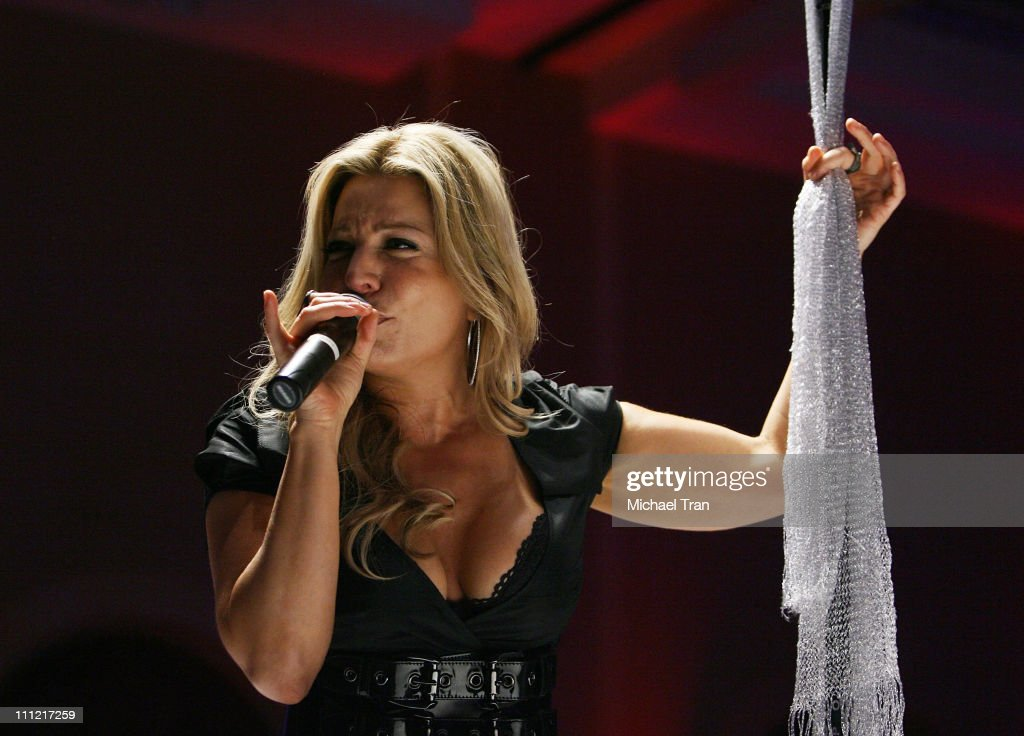 Singer Taylor Dayne performs at the Dream Foundation's Signature Spa Fundraiser and Diane von Furstenberg Spring 2008 Collection fashion show held at...