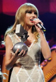 Singer Taylor Swift accepts the award for Best Live during the MTV EMA's 2012 at Festhalle Frankfurt on November 11 2012 in Frankfurt am Main Germany