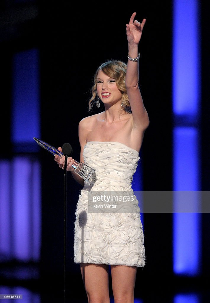 Singer Taylor Swift accepts the award for Favorite Female Artist onstage during the People's Choice Awards 2010 held at Nokia Theatre L.A. Live on January 6, 2010 in Los Angeles, California.