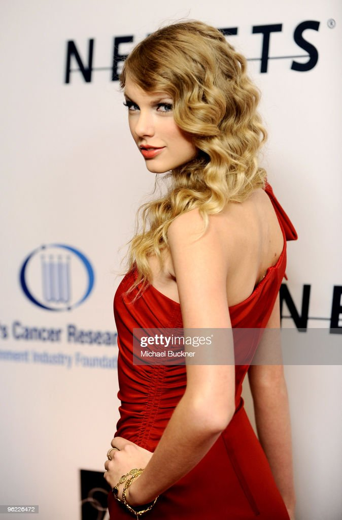 Singer Taylor Swift arrives at An Unforgettable Evening Benefiting EIF's Women's Cancer Research Fund at Beverly Wilshire Four Seasons Hotel on January 27, 2010 in Beverly Hills, California.