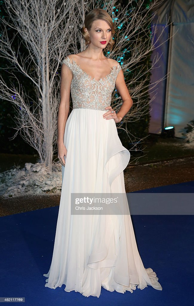 Singer Taylor Swift arrives at Kensington Palace for the Centrepoint Winter Whites Gala on November 26, 2013 in London, England.