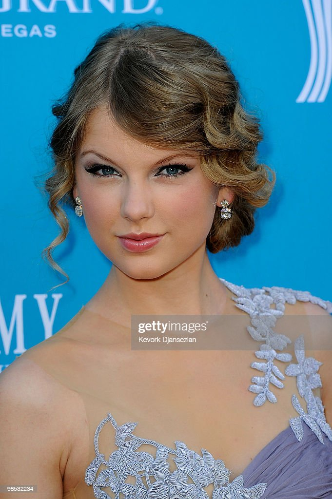 Singer <a gi-track='captionPersonalityLinkClicked' href=/galleries/search?phrase=Taylor+Swift&family=editorial&specificpeople=619504 ng-click='$event.stopPropagation()'>Taylor Swift</a> arrives for the 45th Annual Academy of Country Music Awards at the MGM Grand Garden Arena on April 18, 2010 in Las Vegas, Nevada.