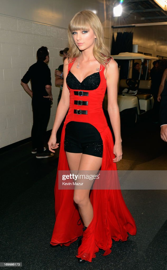 Singer <a gi-track='captionPersonalityLinkClicked' href=/galleries/search?phrase=Taylor+Swift&family=editorial&specificpeople=619504 ng-click='$event.stopPropagation()'>Taylor Swift</a> attends the 2013 CMT Music awards at the Bridgestone Arena on June 5, 2013 in Nashville, Tennessee.