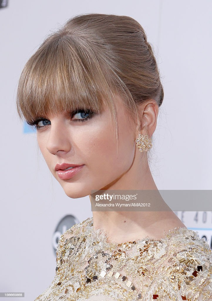 Singer <a gi-track='captionPersonalityLinkClicked' href=/galleries/search?phrase=Taylor+Swift&family=editorial&specificpeople=619504 ng-click='$event.stopPropagation()'>Taylor Swift</a> attends the 40th American Music Awards held at Nokia Theatre L.A. Live on November 18, 2012 in Los Angeles, California.