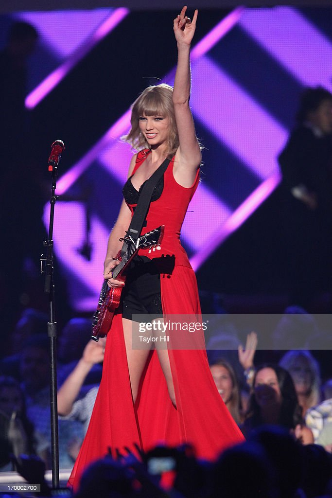 Singer <a gi-track='captionPersonalityLinkClicked' href=/galleries/search?phrase=Taylor+Swift&family=editorial&specificpeople=619504 ng-click='$event.stopPropagation()'>Taylor Swift</a> performs during the 2013 CMT Music awards at the Bridgestone Arena on June 5, 2013 in Nashville, Tennessee.