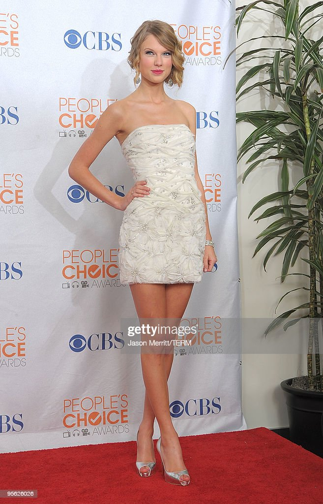 Singer Taylor Swift poses with the Favorite Female Artist Award in the press room during the People's Choice Awards 2010 held at Nokia Theatre L.A. Live on January 6, 2010 in Los Angeles, California.