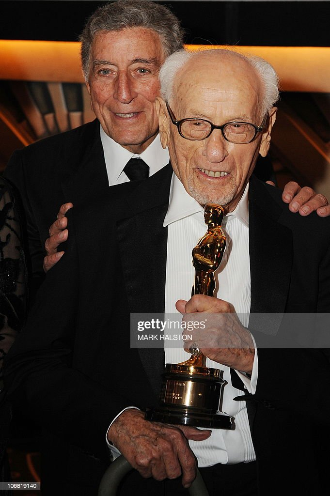 Singer Tony Bennett (L) poses with actor Eli Wallach, holding his Honorary Award (Oscar Statuette), at the 2010 Oscars Governors Awards at the Hollywood and Highland Center in Hollywood on November 13, 2010. AFP PHOTO/Mark RALSTON