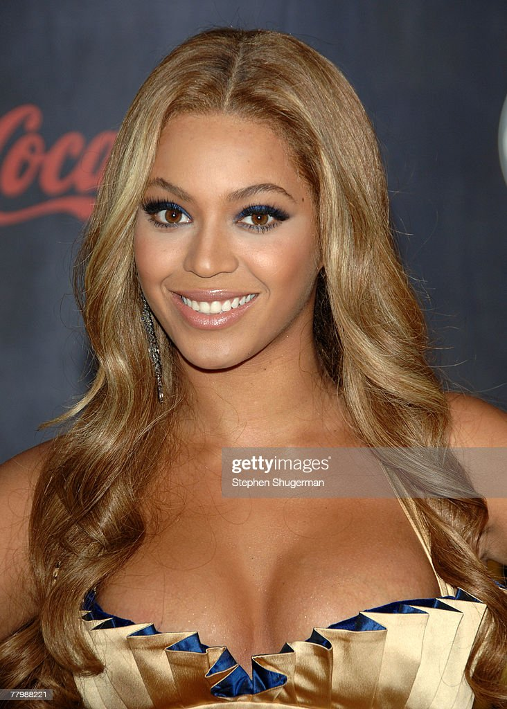 Singer/Actress Beyonce Knowles arrives at the 2007 American Music Awards held at the Nokia Theatre L.A. LIVE on November 18, 2007 in Los Angeles, California.