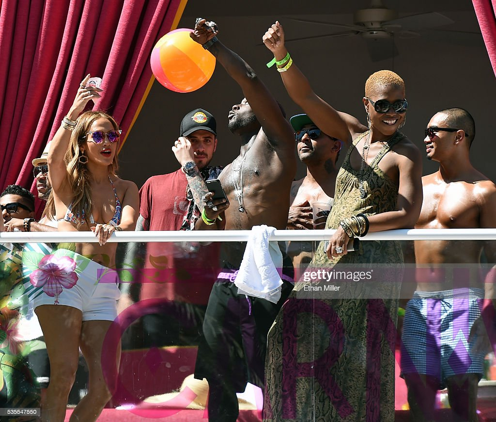 Jennifer lopez hosts carnival del sol at drai 39 s beach for Pool show vegas 2016