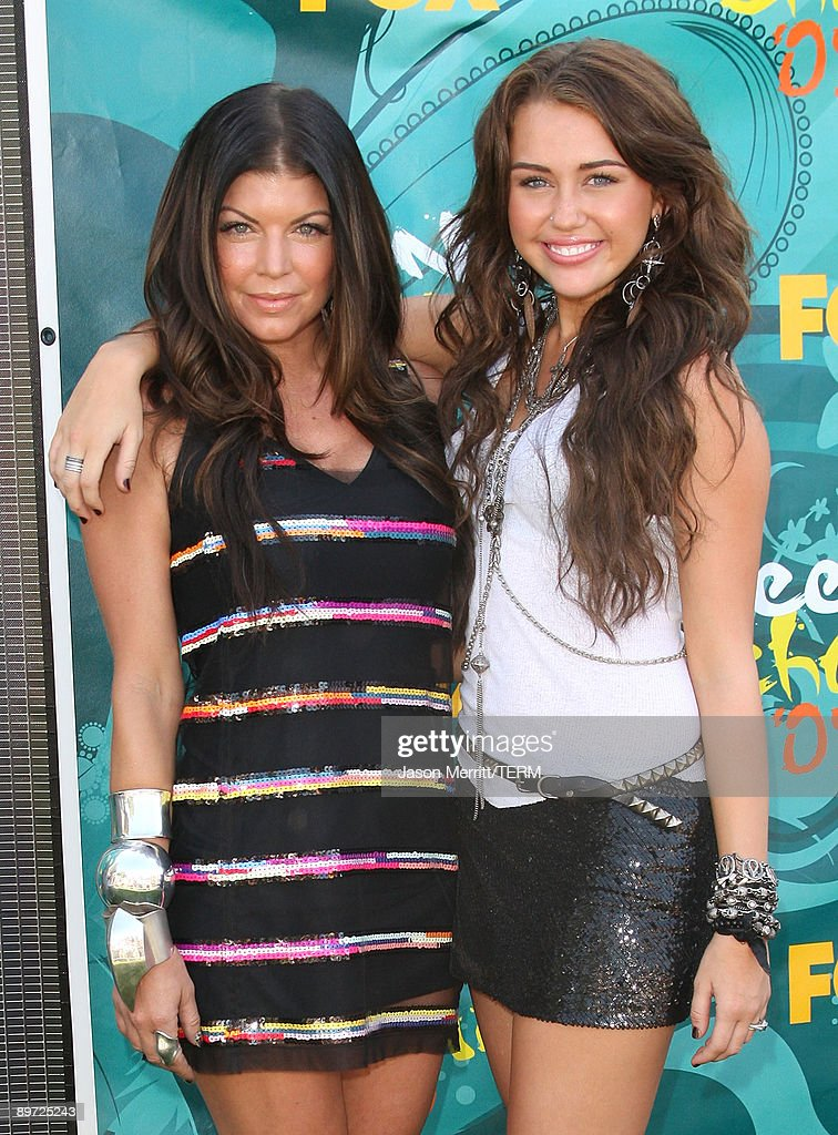 Singer/actresses Fergie (L) and Miley Cyrus arrives at the 2009 Teen Choice Awards held at Gibson Amphitheatre on August 9, 2009 in Universal City, California.