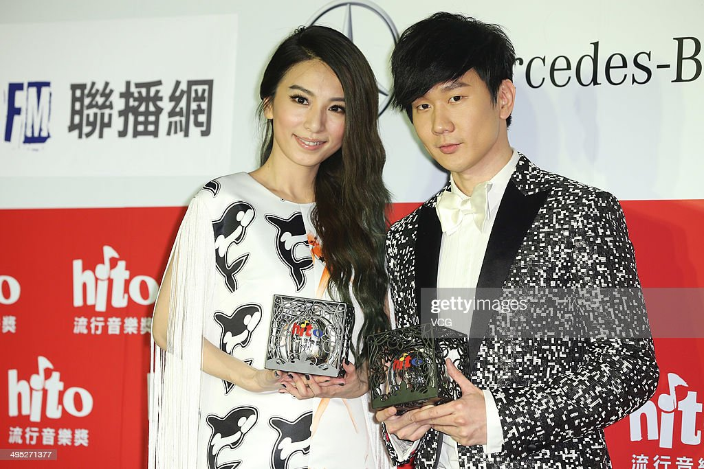 Singers Hebe (L) and <a gi-track='captionPersonalityLinkClicked' href=/galleries/search?phrase=JJ+Lin&family=editorial&specificpeople=3868242 ng-click='$event.stopPropagation()'>JJ Lin</a> attend 2014 Hito Pop Music Awarding Ceremony at Taipei Arena on June 1, 2014 in Taipei, Taiwan.